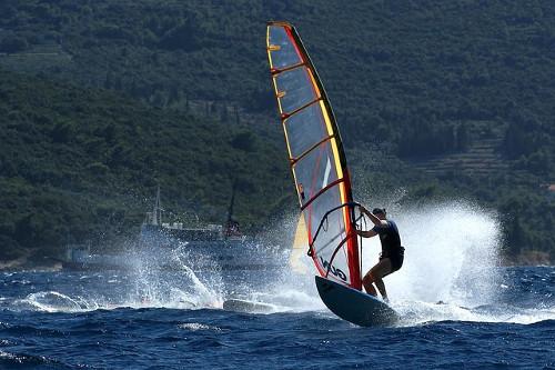 jugo veter surfanje